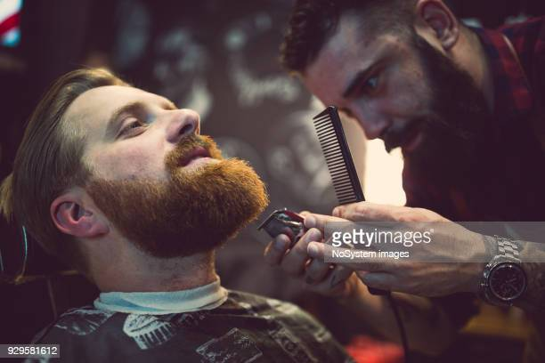ginger, bearded guy at the barber shop - barba peluria del viso foto e immagini stock
