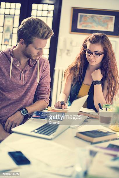 ginger pareja mirando. - ginger lee fotografías e imágenes de stock