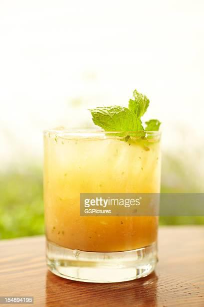 Ginger peach Whisky-cocktail mit Minze