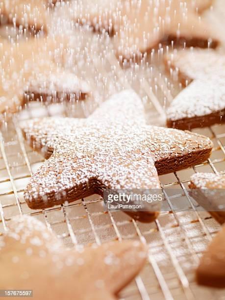 Biscuits de pain d'épice est saupoudré de sucre glace