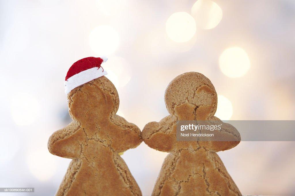 Gingerbread cookies with one wearing santa hat : Stockfoto