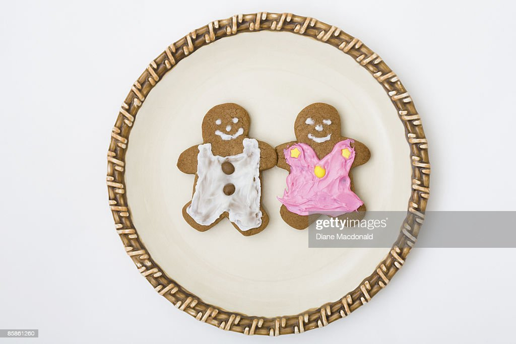 A gingerbread couple on a plate : Stock-Foto