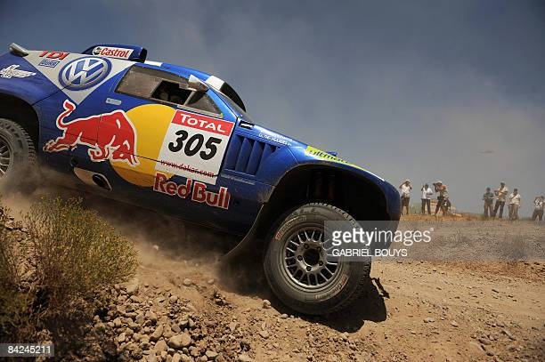 Giniel de Villiers of South Africa steers his Volkswagen during the 8th stage of the Dakar 2009 between Valparaiso and La Serena Chile on January 11...