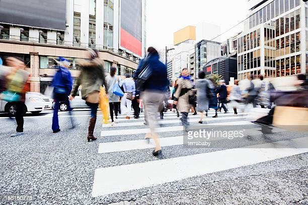 銀座のショッピング街、東京・ラッシング歩行者日本