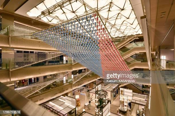Ginza Six, le plus grand centre commercial du quartier de Ginza, expose une œuvre de l'artiste français Daniel Buren pour célébrer son premier...