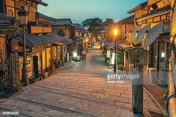 gion district in kyoto at dusk - kyoto prefecture stock pictures, royalty-free photos & images