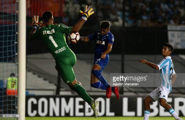 Giorgian De Arrascaeta of Cruzeiro heads the ball to score the first goal of his team during a Group E match between Racing Club and Cruzeiro as part...