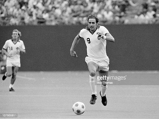 Giorgio Chinaglia in action for the New York Cosmos against the Tampa Bay Rowdies in the NASL Soccer Bowl match at Giants Stadium in New York on 27th...