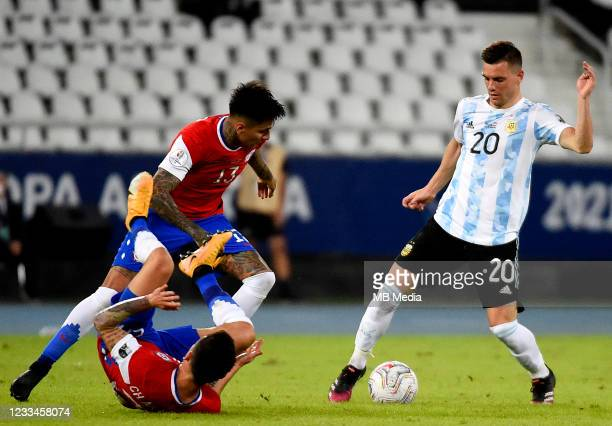 Giovani Lo Celso of Argentina competes for the ball with Charles Aranguiz and Erick Pulgar of Chile ,during the match between Argentina and Chile as...