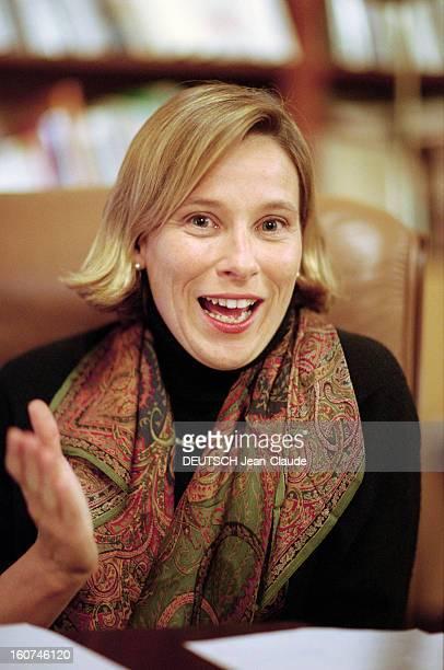 Giovanna Melandri Minister Of Cultural Delegate For Sport. Italie, novembre 1998, la femme politique italienne Giovanna MELANDRI, dans son bureau.