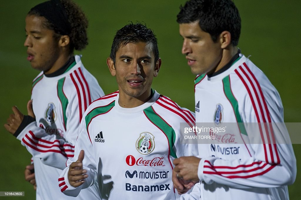 Giovanni Dos Santos, Alberto Medina and Francisco Rodriguez, of the Mexican national team, jog during a training session at the Waterstone College in Johannesburg on June 5, 2010. Mexico will kick off the four-yearly tournament next Friday against host South Africa at Soccer City in Johannesburg. AFP PHOTO/Omar TORRES
