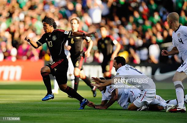 Giovanni Dos Santos of Mexico escapes from his defenders Jermaine Jones#13 and Steve Cherundolo of the United States during the 2011 CONCACAF Gold...