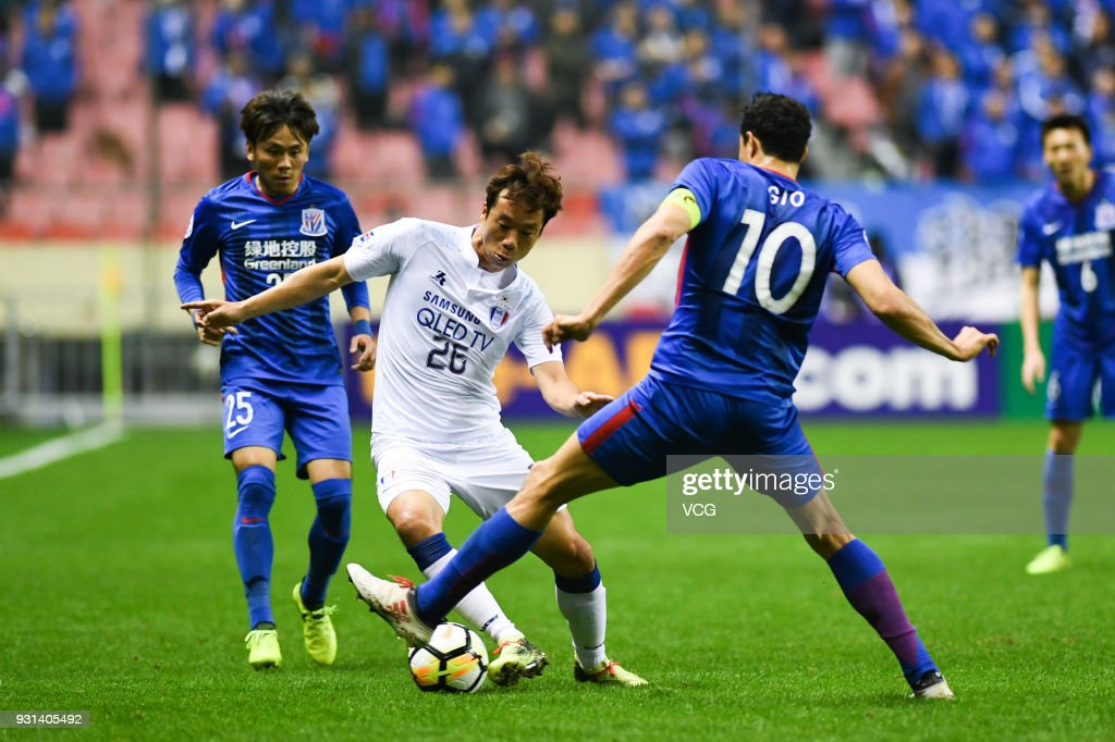 Giovanni Moreno #10 of Shanghai Shenhua and Yeom Ki-Hun #26 of Suwon Samsung Bluewings compete for the ball during the 2018 AFC Champions League Group H match between Shanghai Shenhua and Suwon Samsung Bluewings at Hongkou Football Stadium on March 13, 2018 in Shanghai, China.