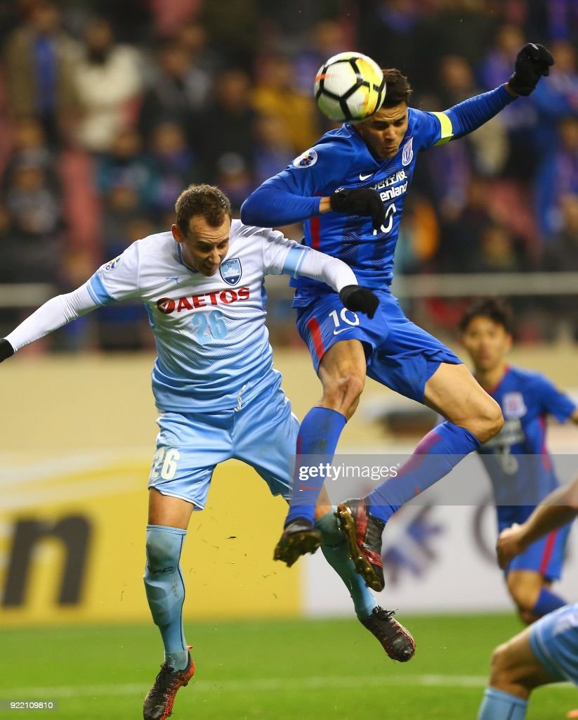 Giovanni Moreno (R) of Shanghai Shenhua competes for the ball with Luke Wilkshire of Sydney FC during their AFC Champions League group stage football match in Shanghai on February 21, 2018. / AFP PHOTO / - / China OUT
