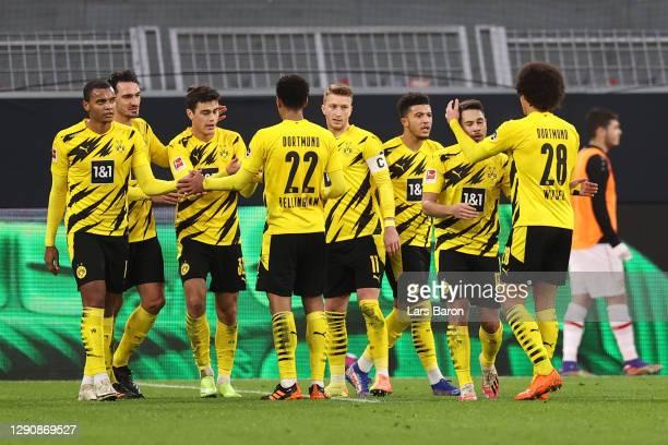 Giovanni Reyna of Borussia Dortmund celebrates with teammates Manuel Akanji, Mats Hummels, Jude Bellingham, Marco Reus, Jadon Sancho, Raphael...