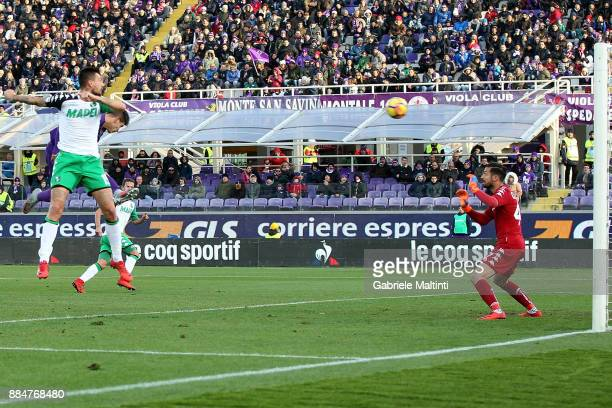 Giovanni Simeone of ACF Fiorentina scores the opening goal during the Serie A match between ACF Fiorentina and US Sassuolo at Stadio Artemio Franchi...