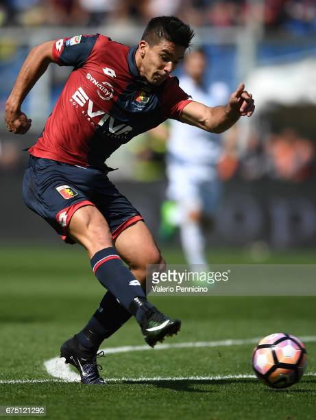 Giovanni Simeone of Genoa CFC in action during the Serie A match between Genoa CFC and AC ChievoVerona at Stadio Luigi Ferraris on April 30 2017 in...