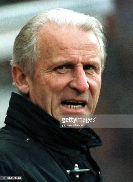 Giovanni Trapattoni der italienische Trainer des FC Bayern München verfolgt am 1431998 das Spiel seiner Elf mit grimmiger Miene Titelverteidiger FC...