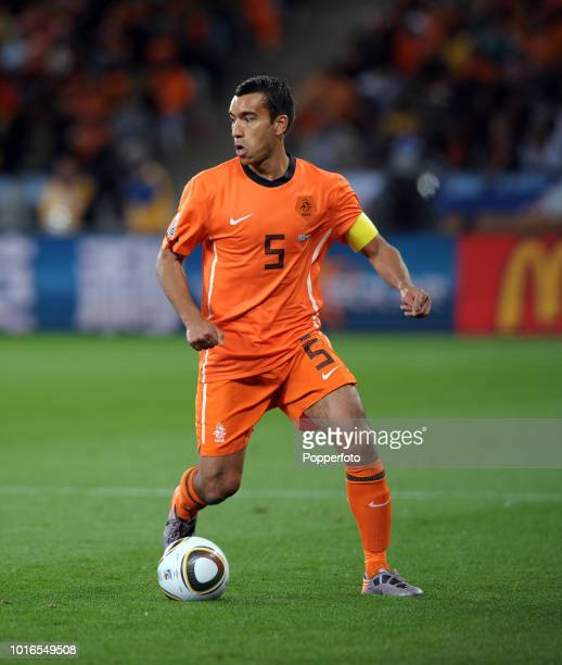 Giovanni Van Bronckhurst of the Netherlands in action during the 2010 FIFA World Cup Semi Final match between Uruguay and the Netherlands at Green...
