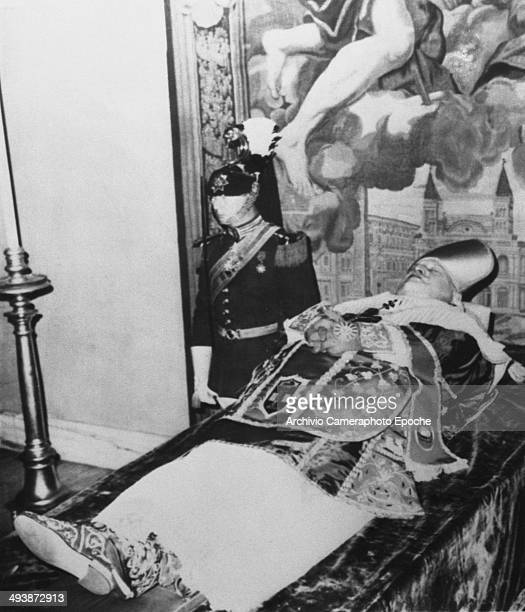 Giovanni XXIII corpse with the Noble Guard June 4 1963