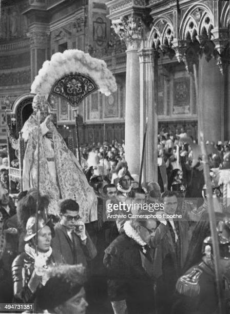 Giovanni XXIII in carrying chair in the Basilica di San Giovanni in Laterano