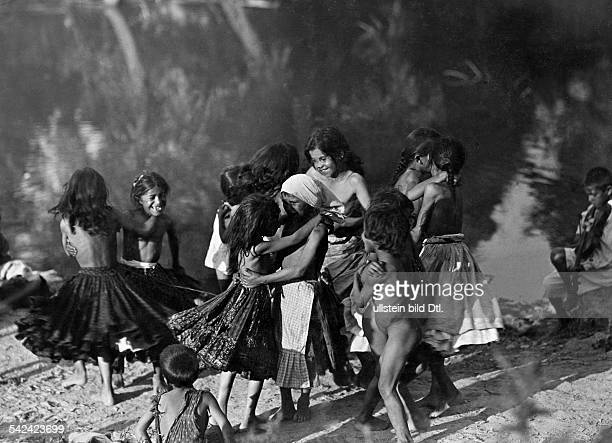 Gipsy children dancing with each other at a sea - Photographer: Balogh, Co-Pressca. 1941