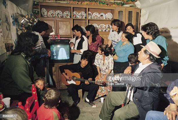 Gipsy family follow the royal wedding of the Infanta Elena The united family follows the wedding by television inside a shanty