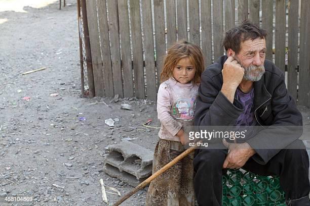 gipsy großvater & nichte - rumänien stock-fotos und bilder