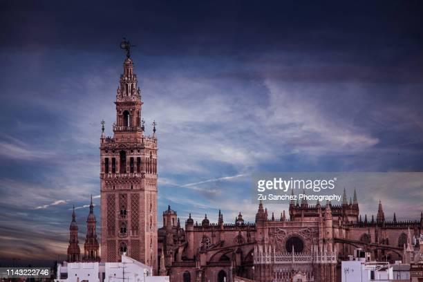 giralda and cathedral of seville - la giralda fotografías e imágenes de stock