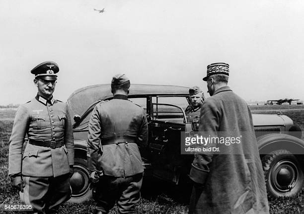 Giraud Henri*18011879General Franceprisoner of war arriving on an airport in Germany Photographer PresseIllustrationen Heinrich Hoffmann1940Vintage...