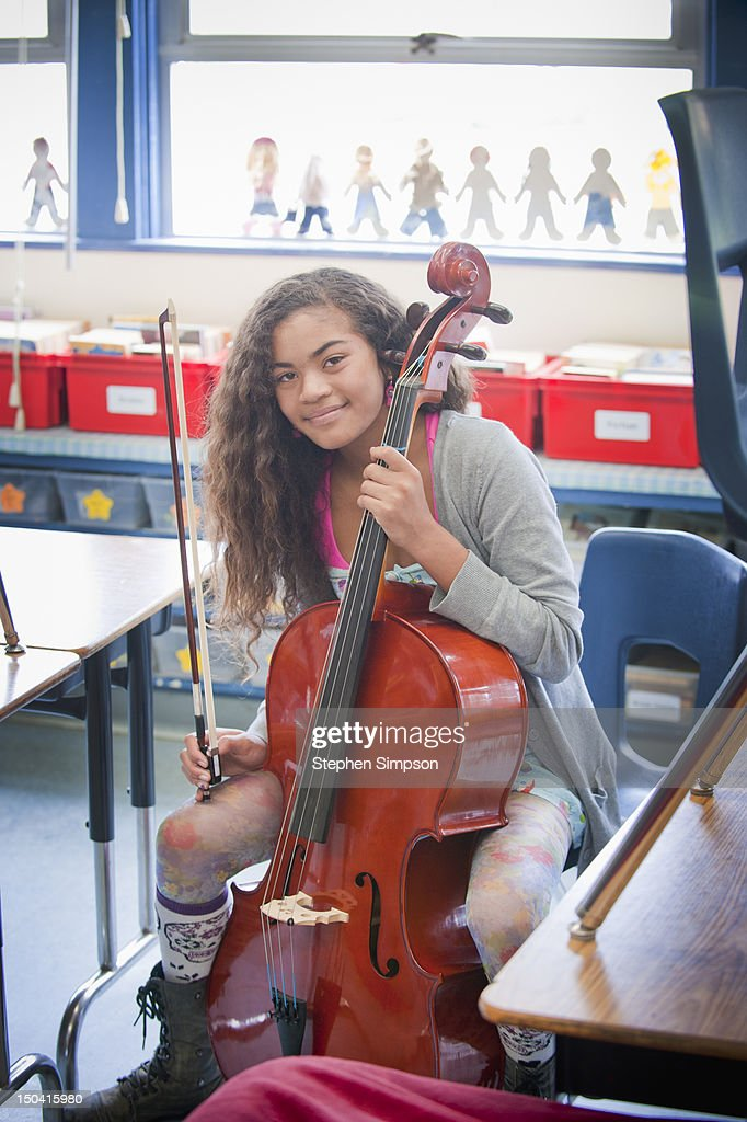 girl [11] practicing cello after school : ストックフォト