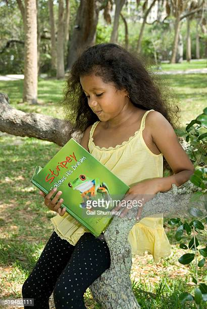 girl 7 years old reading a chldren's book - 6 7 years stock pictures, royalty-free photos & images