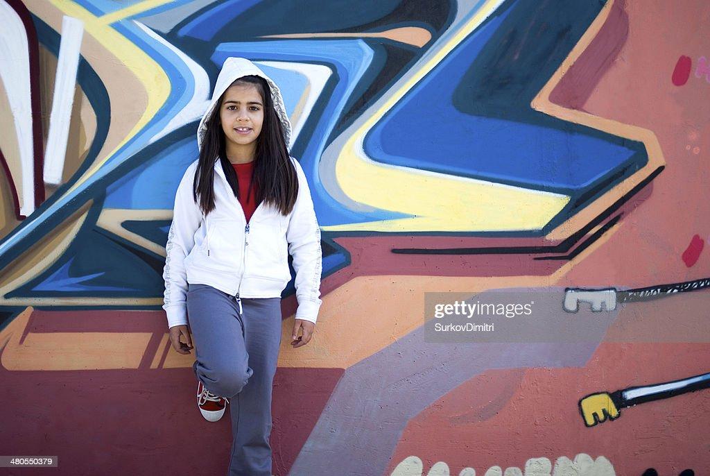 Niña contra la pared de graffiti : Foto de stock