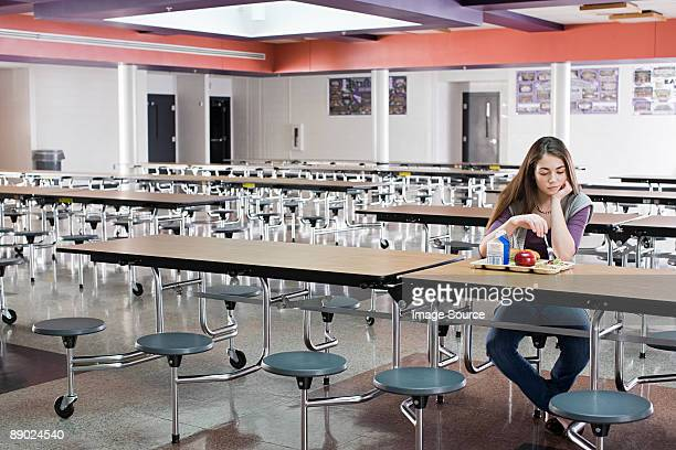girl alone at lunch - harcelement scolaire photos et images de collection