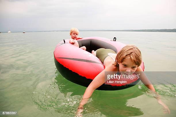 girl and boy swimming with rubber boat - bote inflável - fotografias e filmes do acervo