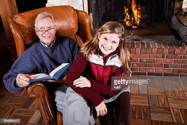 Mädchen und Großvater Lesung Kamin