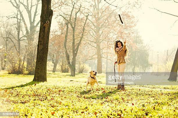 Mädchen und Ihr Hund Spielen im park