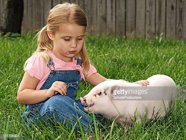 Niña y su cerdo