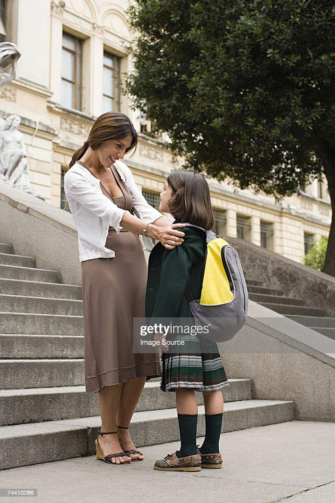 Mädchen und Mutter außerhalb der Schule : Stock-Foto