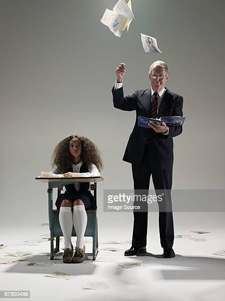 menina e político ripping páginas do livro - destruição - fotografias e filmes do acervo