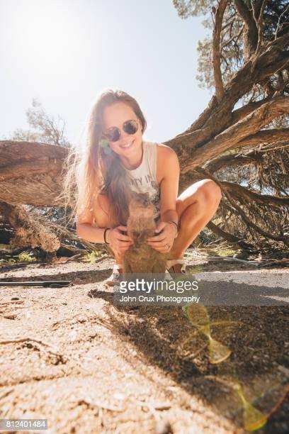 girl and quokka - quokka photos et images de collection