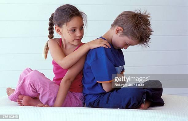 girl apologizing to pouting boy - 和解 ストックフォトと画像