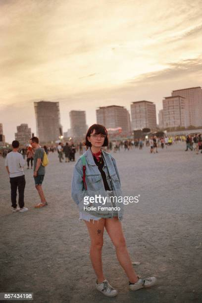 girl at a festival - フェス ストックフォトと画像
