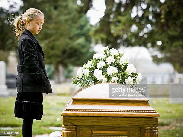 Fille sur un enterrement dans un cimetière