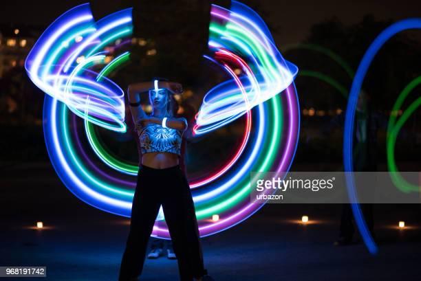 mädchen in der nacht mit licht malerei - lichtspur stock-fotos und bilder