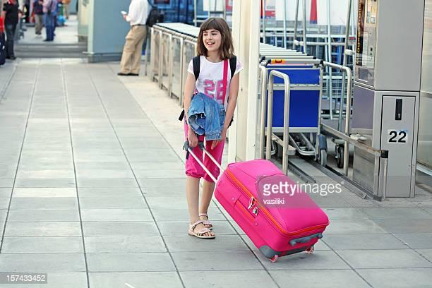 mädchen am flughafen - kid in airport stock-fotos und bilder