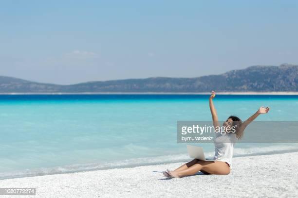 ビーチで女の子 - 夏休み ストックフォトと画像