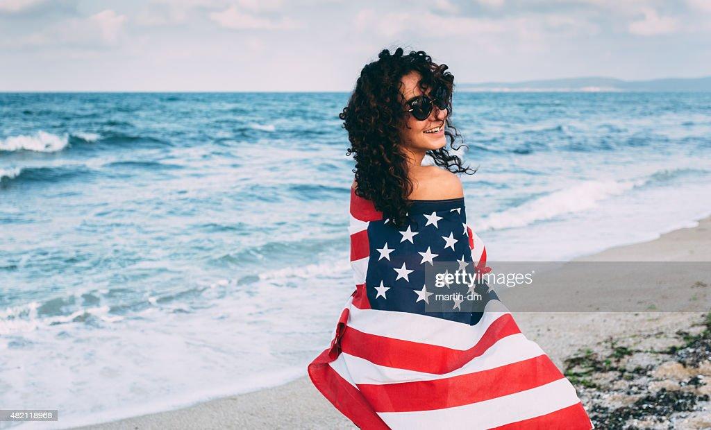 Fille sur la plage avec le drapeau américain : Photo