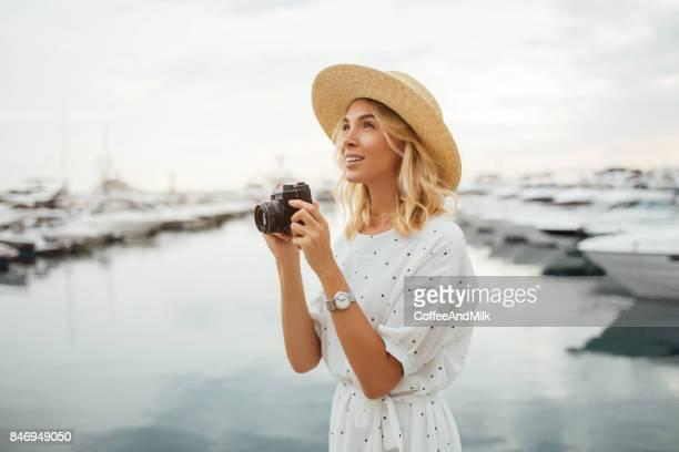 mädchen am hafen - junge frau allein stock-fotos und bilder