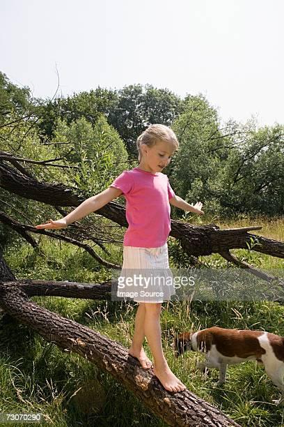 Mädchen und balancierst auf log